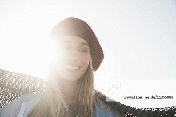 Junge Frau mit Baskenmütze genießt sonnigen Tag Junge Frau mit Baskenmütze genießt sonnigen Tag