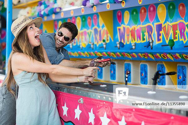 Ehepaar auf dem Jahrmarktschiessplatz  Coney Island  Brooklyn  New York  USA