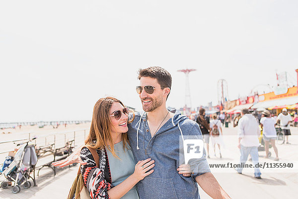 Paar mit den Armen umeinander schreitend  Coney Island  Brooklyn  New York  USA