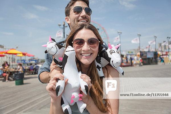 Paar mit lächelnden Kuschelkühen  Coney Island  Brooklyn  New York  USA