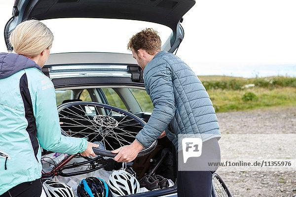 Radfahrer entfernen Fahrrad vom Fahrzeug