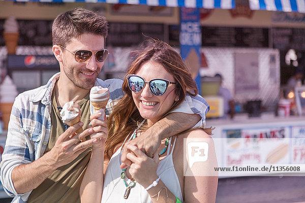 Ein Paar auf der Promenade hält lächelnd Eiswaffeln in der Hand  Coney Island  Brooklyn  New York  USA