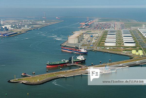 Luftaufnahme des neu geschaffenen Landes  das den jüngsten Teil des Rotterdamer Hafens bildet  Rotterdam  Süd-Holland  Niederlande