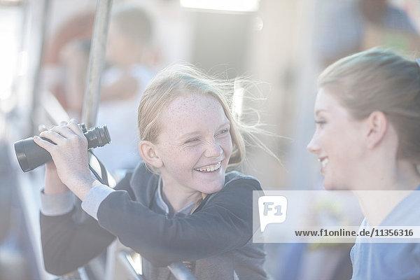 Mädchen mit Fernglas auf touristischer Bootsfahrt  Kapstadt  Südafrika
