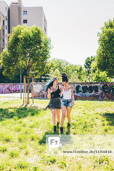 Zwei junge Frauen beim Bummeln im Stadtpark
