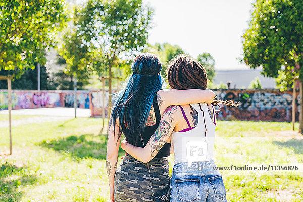 Rückansicht von zwei jungen Frauen im Stadtpark