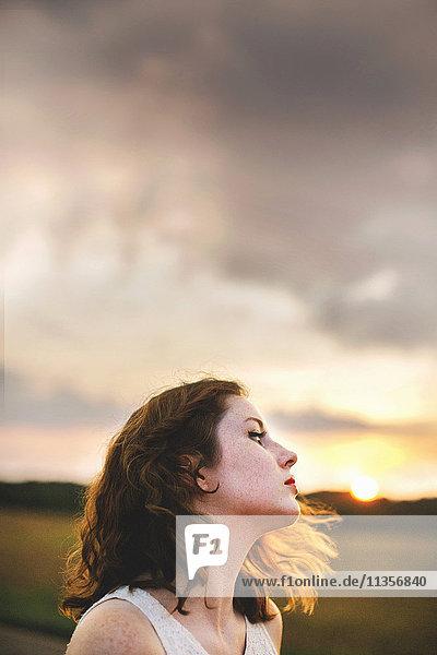 Frau im Feld schaut weg