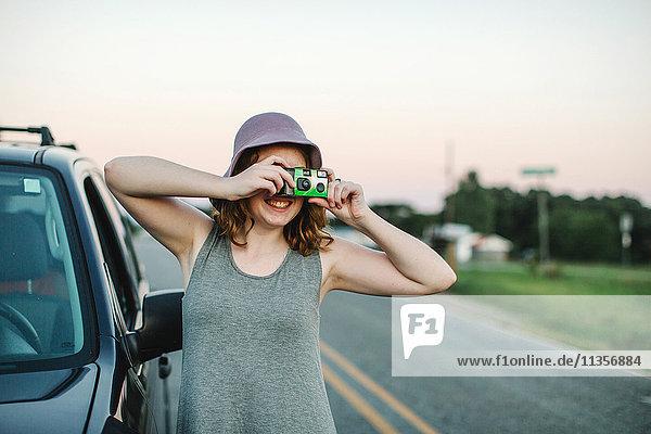 Frau fotografiert mit Einwegkamera