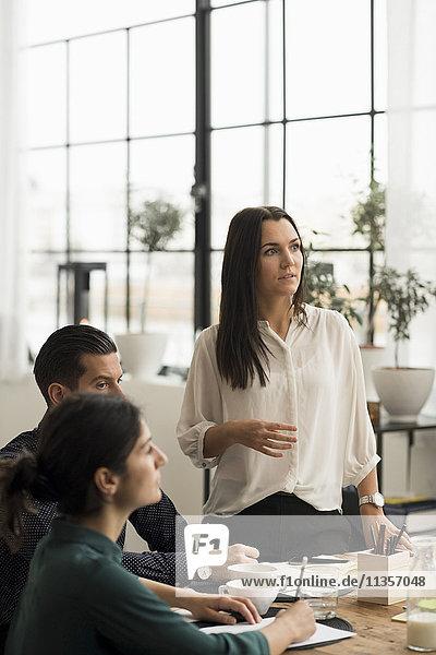 Konzentrierte Geschäftsleute bei der Besprechung im Büro