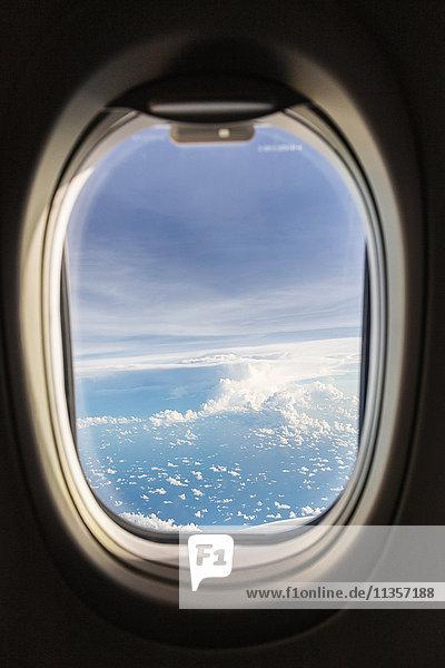 Luftaufnahme aus einem Flugzeug  das von Bali nach Singapur fliegt