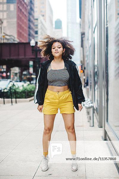 Frau springt auf der Straße  Chicago  Illinois