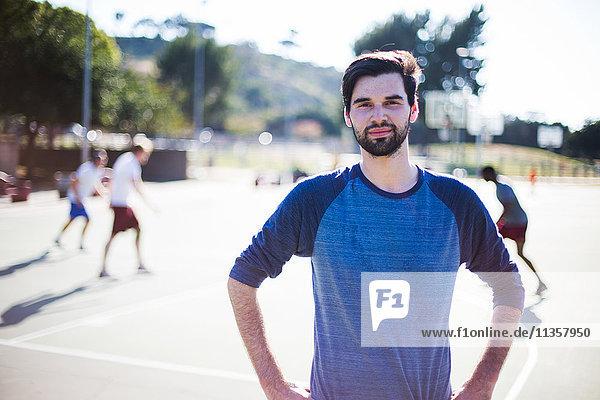 Porträt eines jungen Mannes auf dem Basketballplatz