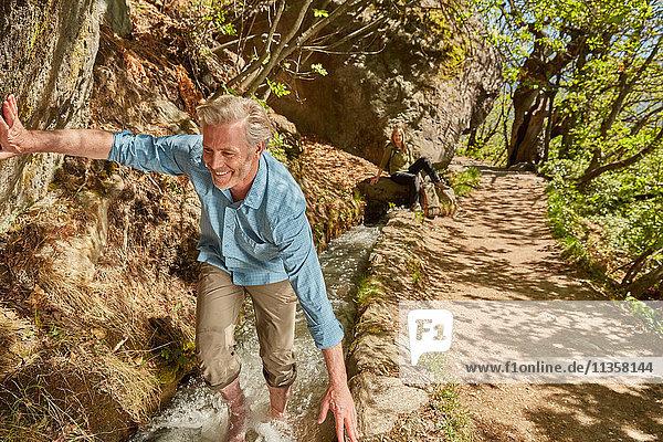 Erwachsener Mann wandert flussaufwärts  Meran  Südtirol  Italien