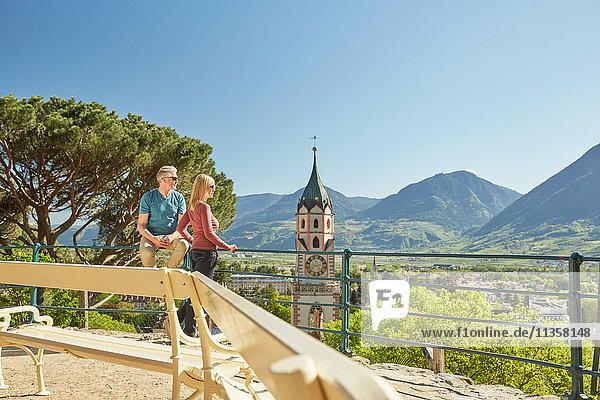 Älteres Ehepaar am Aussichtspunkt  Blick nach hinten  Rückansicht  Meran  Südtirol  Italien