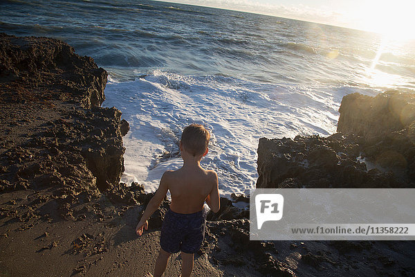 Rückansicht eines Jungen  der die Meereswellen beobachtet  Blowing Rocks Preserve  Jupiter Island  Florida  USA