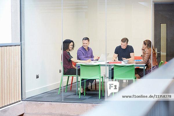 Sitzung des Designteams am Vorstandstisch des Designstudios