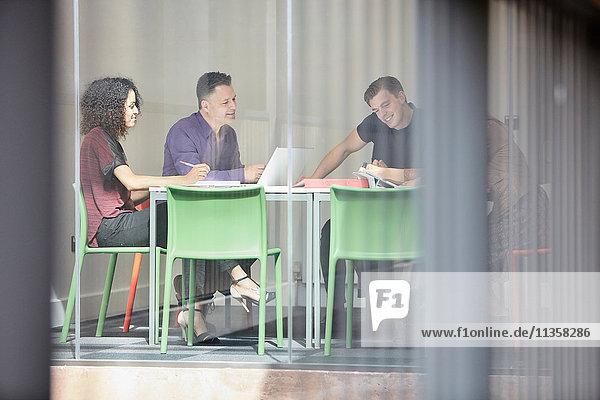 Brainstorming des Designteams am Vorstandstisch des Designstudios
