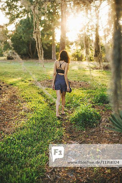 Frau erkundet Park  Bonita Springs  Florida
