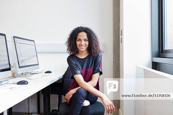 Porträt einer jungen computergestützten Designerin im Design-Studio