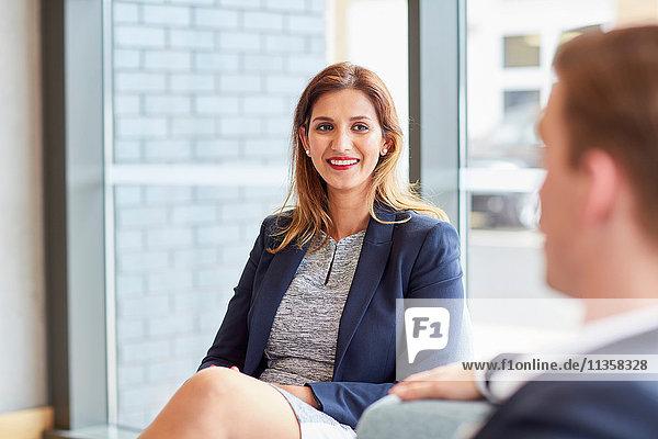 Treffen von Geschäftsfrau und Geschäftsmann im Amt