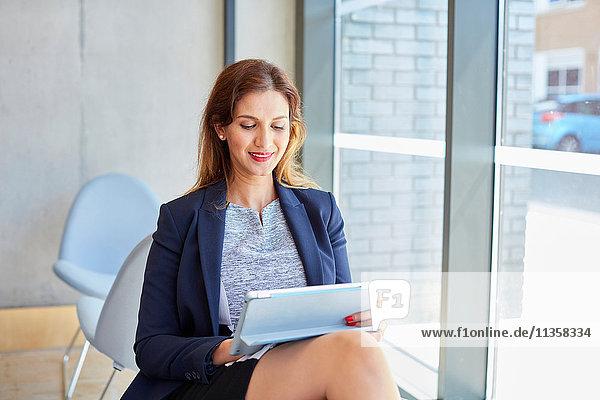 Geschäftsfrau benutzt digitales Tablet im Büro