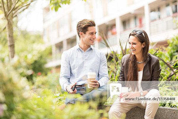 Junge Geschäftsleute im Stadtpark im Gespräch