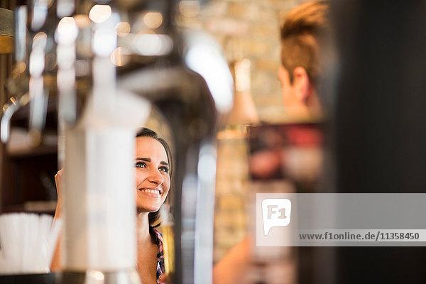 Junges Paar im Gespräch in der Bar