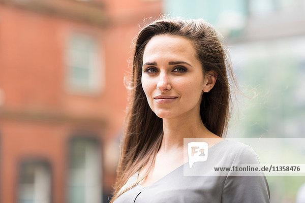 Portrait einer jungen Geschäftsfrau auf der City Street  London  UK