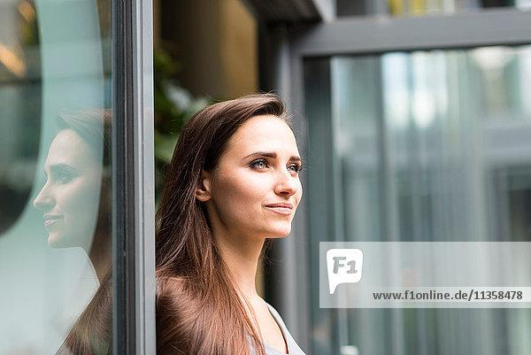 Junge Geschäftsfrau an der Bürotür  London  UK