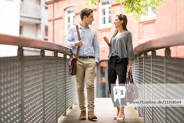 Geschäftsmann und -frau auf der Fußgängerbrücke  London  UK