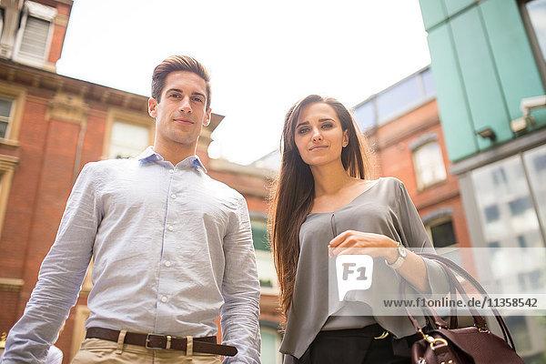 Porträt eines Geschäftsmannes und einer Geschäftsfrau außerhalb des Büros  London  UK