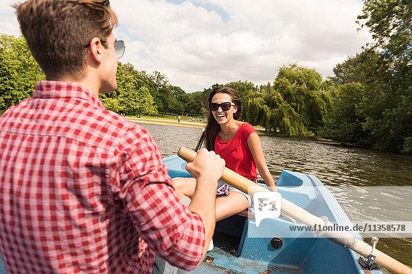 Junges Paar beim Rudern im Regents Park  London  UK