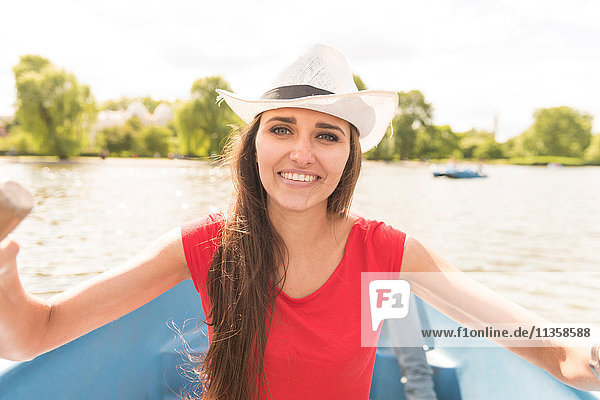 Glückliche junge Frau beim Rudern im Regents Park  London  UK
