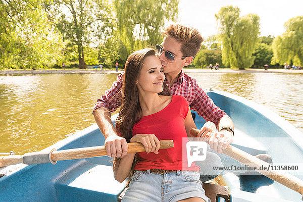 Romantisches junges Paar beim gemeinsamen Rudern im Regents Park  London  UK