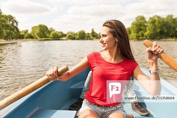 Junge Frau und Freund im Ruderboot im Regents Park  London  UK