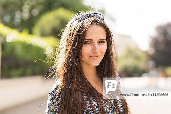 Porträt der schönen jungen Frau auf der City Street  London  UK