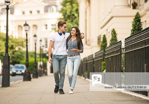 Junges Paar auf der City Street  London  UK