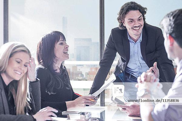 Treffen von Geschäftsleuten und Geschäftsfrauen im Amt