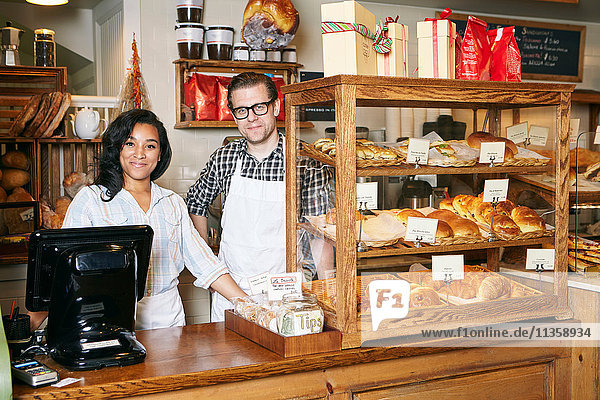 Porträt eines männlichen und weiblichen Arbeiters in einer Bäckerei