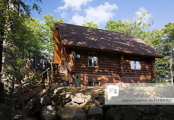 Blockhaus im Sommer  Quebec  Kanada
