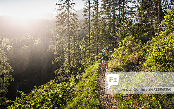 Mountainbike-Frau  Leermoos  Tirol  Österreich