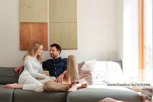 Kuscheln für Paare auf dem Sofa
