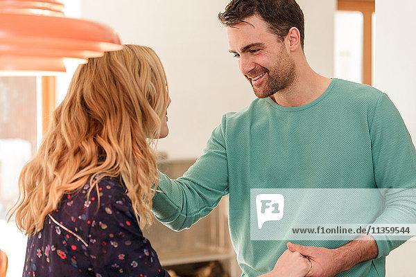 Lächelndes Paar von Angesicht zu Angesicht