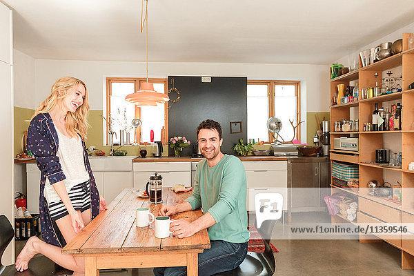 Ehepaar am Esstisch beim Kaffee