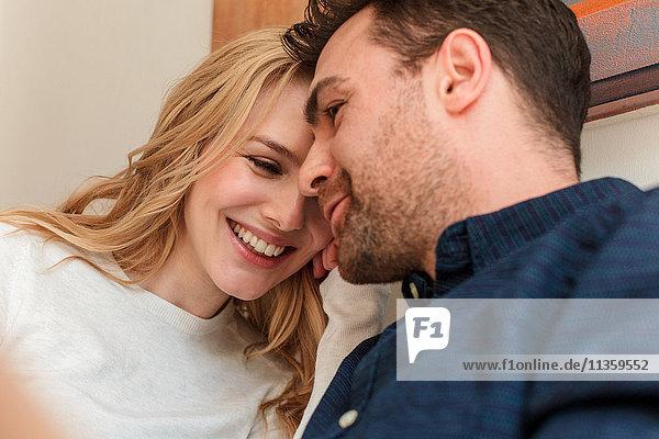 Lächelnd zusammenkuschelndes Paar