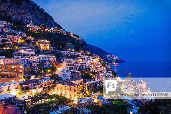 Nachts beleuchtete Gebäude an den Klippen,  Positano,  Amalfiküste,  Italien