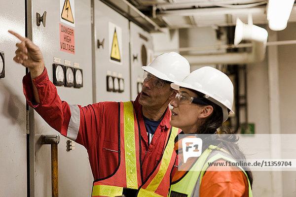 Ingenieure im Gespräch auf Ölplattform