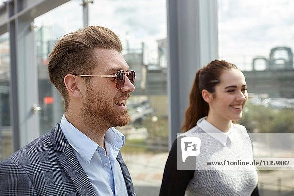Junger Geschäftsmann und Frau auf der Stadtbrücke  London  UK