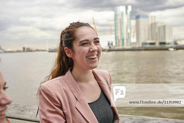 Junge Geschäftsfrauen im Gespräch am Wasser  London  UK