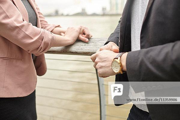 Mid Abschnitt der Geschäftsfrau und Geschäftsmann Sitzung am Wasser  London  UK